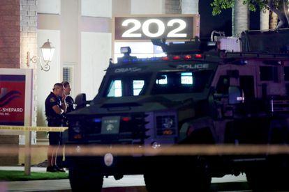 Oficiales de la policía en el lugar en donde se registró un tiroteo este miércoles en Orange, California.