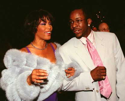 Whitney Houston, acompañada de su esposo Bobby Brown en el año 2000.