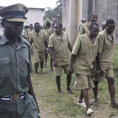Presos del penal de máxima seguridad de Chikurbi, en las afueras de Harare, en julio de 2004.