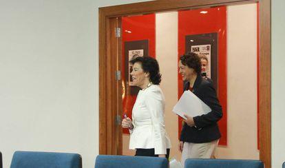 La ministra portavoz, Isabel Celaa, entra en la sala de prensa de La Moncloa seguida de la titular de Trabajo, Magdalena Valerio