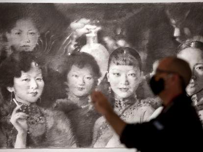 Un hombre contempla una obra de Girbent de la exposición 'Opus nigrum', este martes en el Centro de Arte Contemporáneo Málaga.