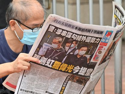Un hombre lee un ejemplar del 'Apple Daily' en Hong Kong, el pasado sábado.