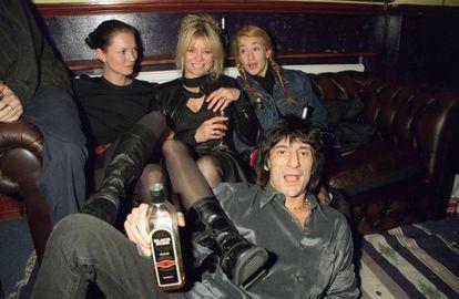 Jo Wood en el centro junto a su hija Leah (derecha) y la modelo Kate Moss, y Ronnie Wood en una fiesta en Londres en 1999.