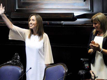 La gobernadora María Eugenia Vidal saluda durante la apertura de sesiones de la legislatura de Buenos Aires, el 1 de marzo de 2017.