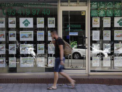 Anuncios de pisos en una inmobiliaria de Barcelona.