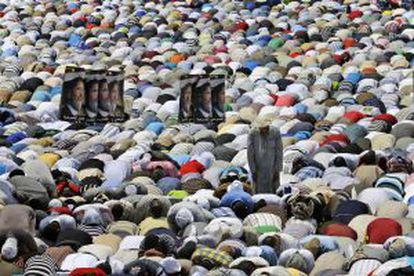 Seguidores de Morsi rezan frente a la mezquita Rabaah al- Adawiya.