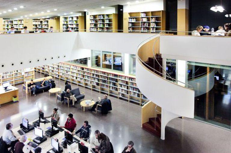 Biblioteca Municipal Jaume Fuster de Barcelona; unos centros que se beneficiarán con las ayudas de Cultura.