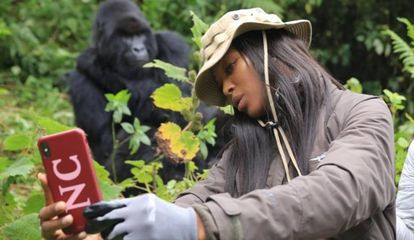 Naomi Campbell, con un gorila en Ruanda.
