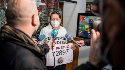 La propietaria del estanco número 5 de Cáceres, Paloma Mohedas, celebra haber vendido el número 72897, agraciado con el gordo del Sorteo Extraordinario de Navidad.