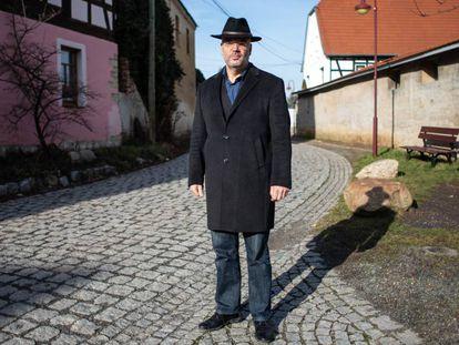 El exalcalde de Tröglitz (este de Alemania) Markus Nierth, que sufrió amenazas neonazis, en la puerta de su casa.