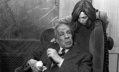 El escritor Jorge Luis Borges y su esposa Maria Kodama, en Roma, 1981.