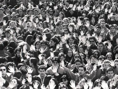 Miles de estudiantes de la Universidad Autónoma de Madrid se manifiestan en el campus con las manos pintadas de blanco, el 15 de febrero de 1996, en protesta por el asesinato a manos de ETA del catedrático y expresidente del Tribunal Constitucional, Francisco Tomás y Valiente, el día anterior en su despacho de la facultad de Derecho. Es la primera vez que las manos blancas representan la repulsa de los atentados de ETA.