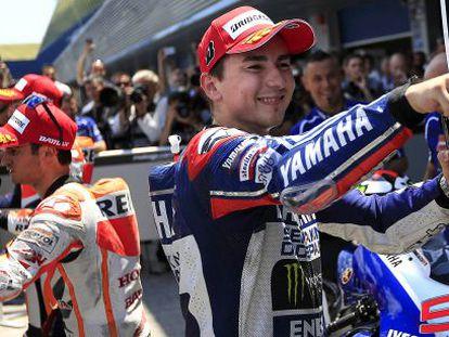 Lorenzo celebra su pole ante Pedrosa.