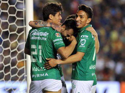 Los jugadores del León celebran un gol.