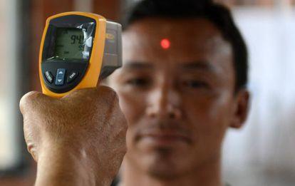 Inspección de salud en el aeropuerto de Kathmandú, el único aeropuerto internacional en Nepal. Los muertos por ébola se concentran en tres países: Liberia, Guinea y Sierra Leona.