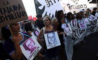 Manifestantes portan fotos de desaparecidos durante la dictadura.