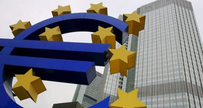 Una escultura del símbolo del euro ante la sede del BCE