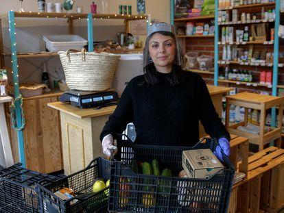 Sara Giacalone sujeta una cesta de un pedido a domicilio en la tienda de productos ecológicos Cocómero, en Madrid.