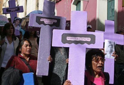Mujeres activistas marchan en La Paz (Bolivia).