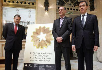 De izquierda a derecha, el director de los Cursos de Verano de la UPV, José Luis de la Cuesta, el rector de la UPV, Iñaki Goirizelaia, y el director de la Fundación BBVA, Rafael Pardo.