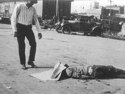 El cuerpo de un afroamericano yace en las calles de Tulsa tras la matanza racial de 1921.