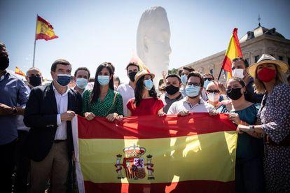 El portavoz nacional de Ciudadanos (Cs), Edmundo Bal (2i); la vicealcaldesa de Madrid, Begoña Villacís (3i) y la líder de Ciudadanos, Inés Arrimadas (4i), posan con una bandera de España, en la concentración contra la concesión de los indultos a los presos del 'procés', en la Plaza de Colón.