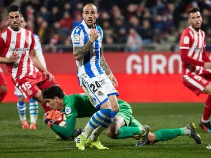 Bono atrapa un balón ante Sandro.