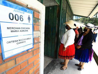 Un par de mujeres indígenas durante la primera vuelta de las elecciones en Ecuador, el pasado 7 de febrero, en Cuenca.