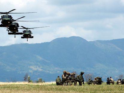 Soldados los ejércitos de Colombia y Estados Unidos participan en ejercicios militares conjuntos en el Centro Nacional de Entrenamiento de Tolemaida (Colombia).