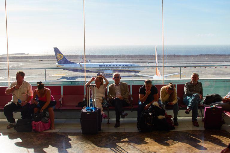 Turistas en el aeropuerto Tenerife Sur (Santa Cruz de Tenerife) en una imagen de archivo.