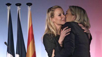 Marine Le Pen abraza a su sobrina y líder del partido del sureste, Marion Maréchal-Le Pen en un mitin en Niza.