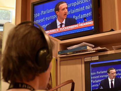 Una periodista sigue el discurso de Zuckerberg en el Parlamento Europeo.