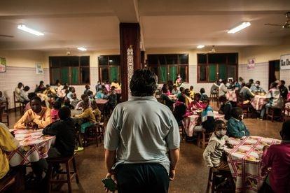 Quiteria Torres es una autoridad en la Casa do Gaiato, es la 'madre' de los 150 niños acogidos. En el comedor, a la hora de la cena, ella pide la palabra para trasladarles un mensaje y automáticamente se hace el silencio. Quiteria ha sido testigo del desarrollo de Massaca durante los últimos 25 años, pues ella es una de las fundadoras del centro. Pincha en la imagen para ver la fotogalería completa