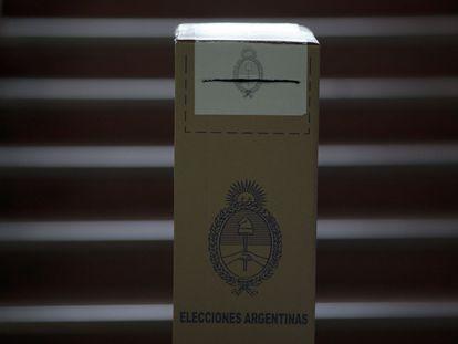 Una urna en un punto de votación de la ciudad de Buenos Aires. Los centros de votación han abierto a las 08.00 horas locales (11.00 GMT) y cerrarán a las 18.00 (21.00 GMT).