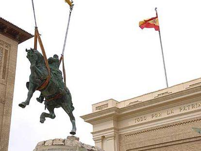 Una grúa retira la estatua ecuestre de Franco de la Academia General Militar de Zaragoza, en agosto de 2006.