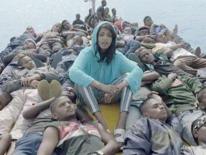 M.I.A., en una patera rodeada de inmigrantes, en el vídeo de su canción 'Borders'.