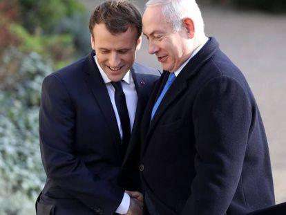 Macron (izquierda) estrecha la mano a Netanyahu, a su llegada al Elíseo.