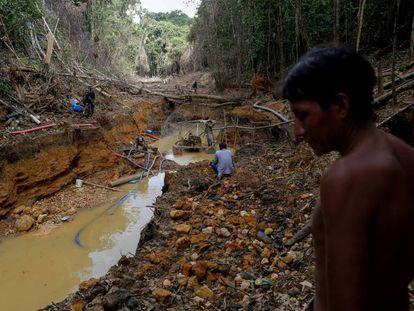 Imagen de archivo de un indígena yanomami acompañando a operarios de la agencia de medioambiente brasileña durante una operación contra la minería ilegal de oro en tierra indígena del estado de Roraima, en Brasil.