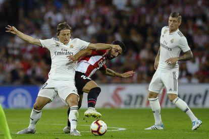 Luka Modric y Raúl García, durante el partido entre el Athletic y el Real Madrid celebrado el día 15.
