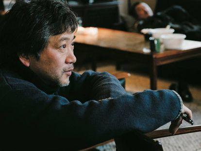 Hirokazu Kore-eda, en el rodaje de 'El tercer asesinato'.