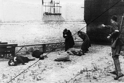 Un paramilitar letón asesina a judíos en una calle de Riga, en julio de 1941. La invasión nazi de las URSS representó el principio del asesinato masivo de los judíos europeos.