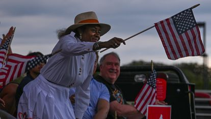 Winsome Sears, política de Virginia, ondea la bandera en apoyo de los opositores a la enseñanza de la teoría crítica racial, el pasado 30 de junio.