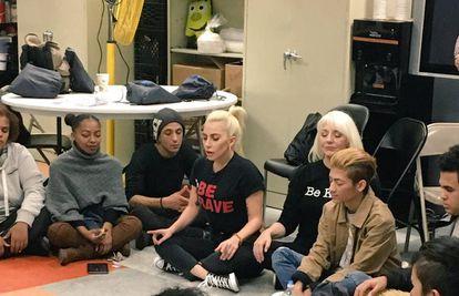 Momento del encuentro de Lady Gaga, con camiseta con letras rojas, en el centro Ali Forney.