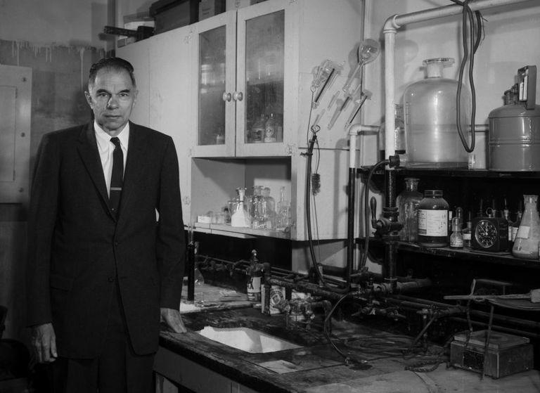 Glenn Seaborg, en 1962, posa en el laboratorio donde había sintetizado el plutonio dos décadas antes y se había incorporado al 'proyecto Manhattan'