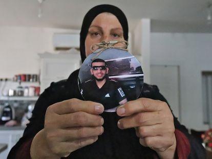 Zahya Nasra sostiene la foto de su hijo asesinado el pasado marzo, Layt Nasra, de 19 años, el lunes 13 en Qalansawe (Israel).