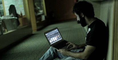 Un usuario navega por Internet desde un ordenador.