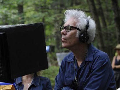 Jim Jarmusch, en el rodaje de 'Los muertos no mueren'. En vídeo, el tráiler de la película.
