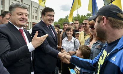 Poroshenko (izquierda) y Saakashvili, este sábado en Odesa.