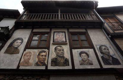 Varios de los 751 retratos que cuelgan en las fachadas de Mogarraz, Salamanca.