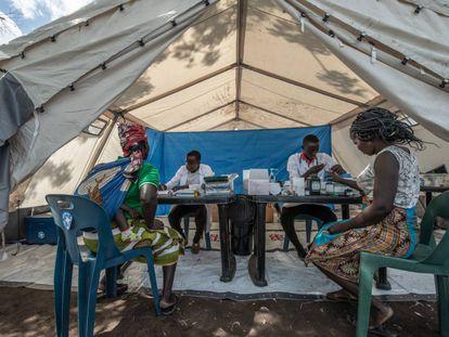 Atención sanitaria en el campo de personas refugiadas de Jhon Segredo, Mozambique, tras el ciclón Idai.